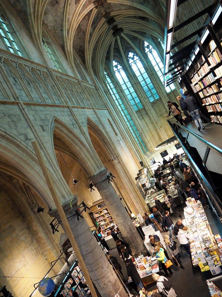 Buchhandlung in einer Kirche