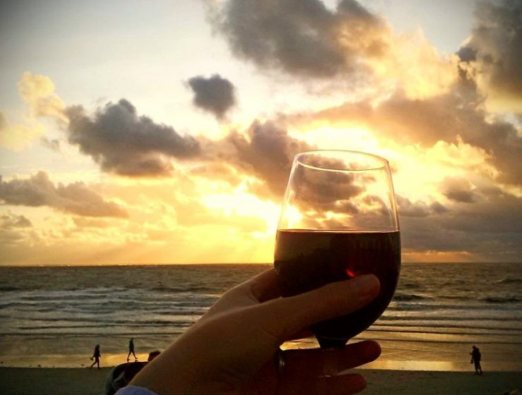 Wein am Strand trinken